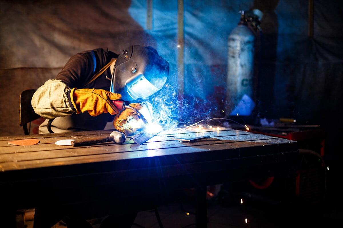 cutting-metal-with-plasma-equipment-plant (1)