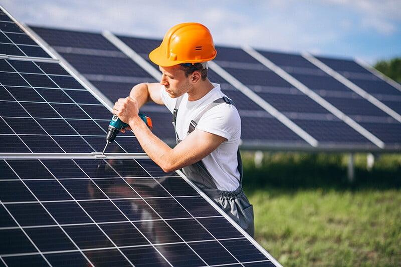man-worker-firld-by-solar-panels (1)